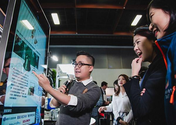 台北市副市長黃珊珊領取 AI 咖啡報告書,對於嗅覺真實的偏好反映驚艷不已。