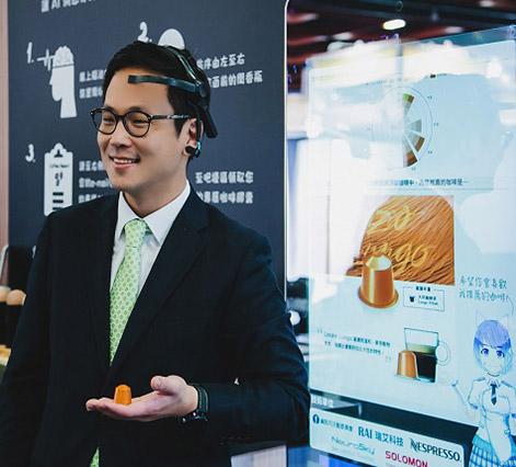 Nespresso 台灣事業部總監朴成鎔戴上 腦波 檢測器體驗 AI 咖啡