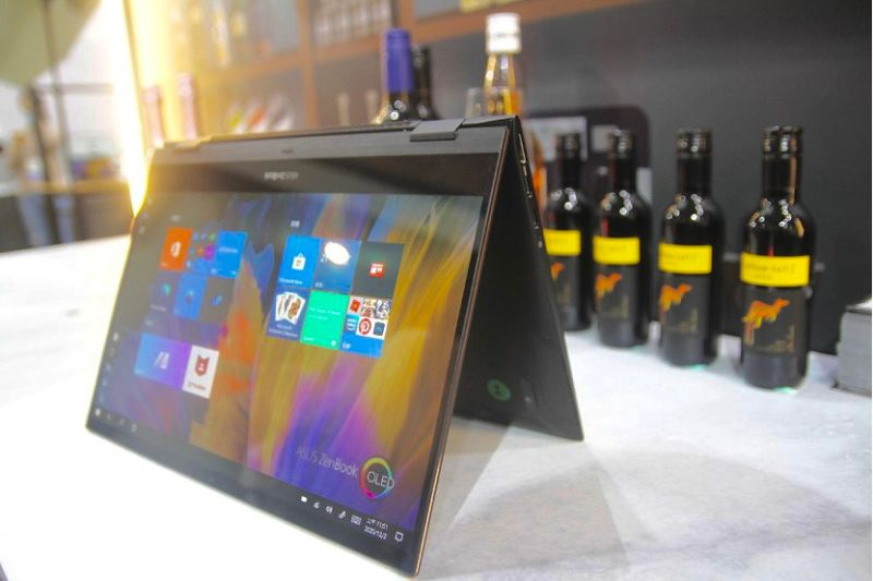 「ZenBook Flip 13」全球最輕的OLED面板翻轉筆電,不僅色彩飽和,同時也是第一個OLED系列筆電。